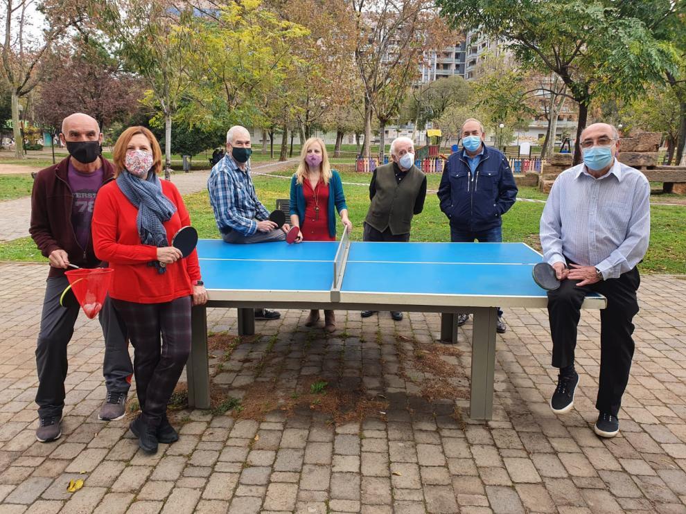 El grupo de amigos mayores de 60 años que suelen practicar el tenis de mesa en el parque Bruil de Zaragoza.