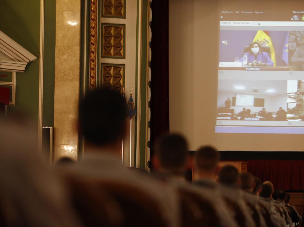 La ministra de Defensa, con los alumnos de la AGM por videoconferencia