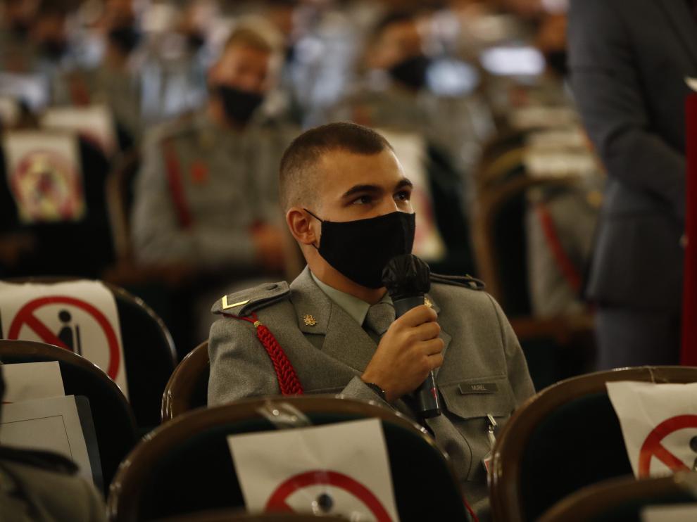 Alrededoer de 150 alumnos han escuchado a la ministra de Defensa online en el salón de acto y un aula.