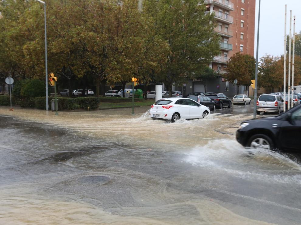 En la avenida Mártínez de Velasco y las calles adyacentes se han producido grandes charcos al no tragar las alcantarillas.