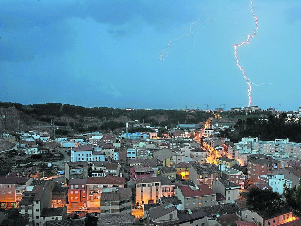 Metereologia, clima, tiempo, tormenta, aparato electrico, rayo. Tormenta con rayos en Teruel. Foto Antonio Garcia. 24-05-08 [[[HA ARCHIVO]]]