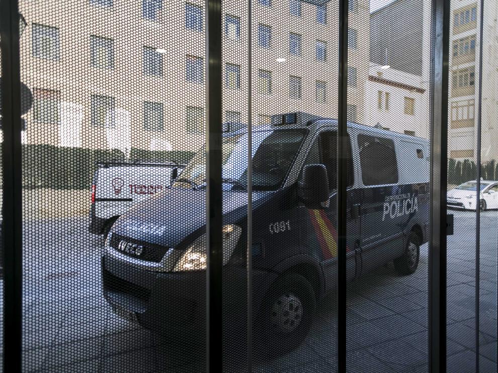 Imagen de archivo de un furgón de la Policía Nacional accediendo a la Audiencia de Zaragoza.