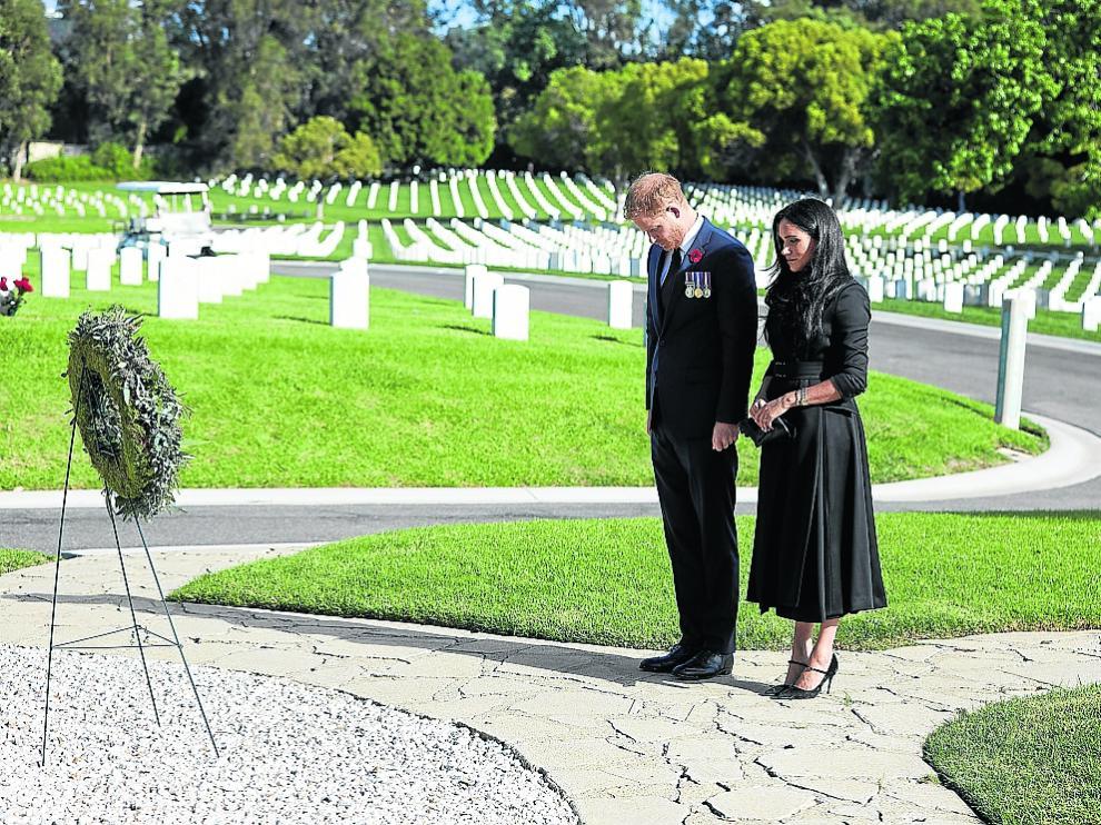 Enrique y Meghan en el Cementerio Nacional de Los Ángeles