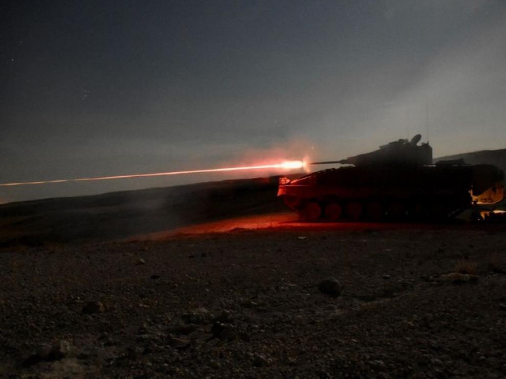 Maniobras nocturnas de un carro de combate en el campo de San Gregorio de la Brigada Aragon que irá a Letonia.