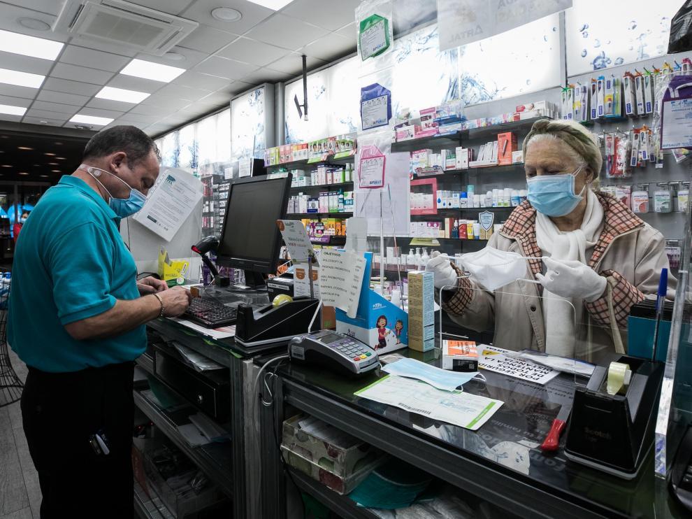 Una clienta adquiría ayer mascarillas en la farmacia Artal de Zaragoza.