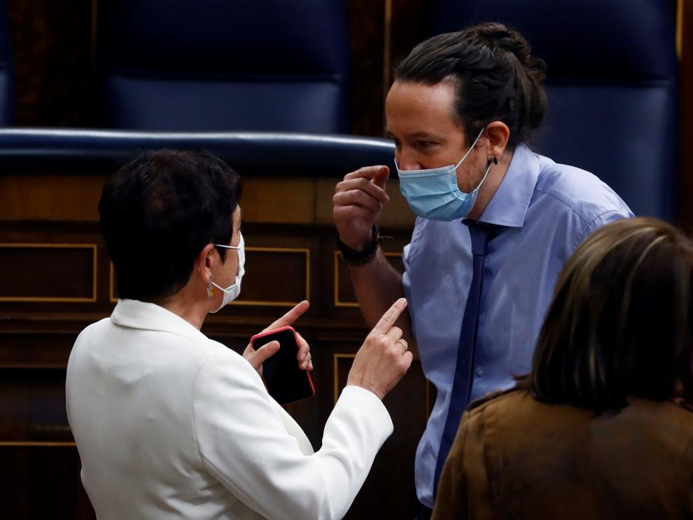 El vicepresidente Pablo Iglesias conversa con la portavoz de Bildu Mertxe Aizpurua