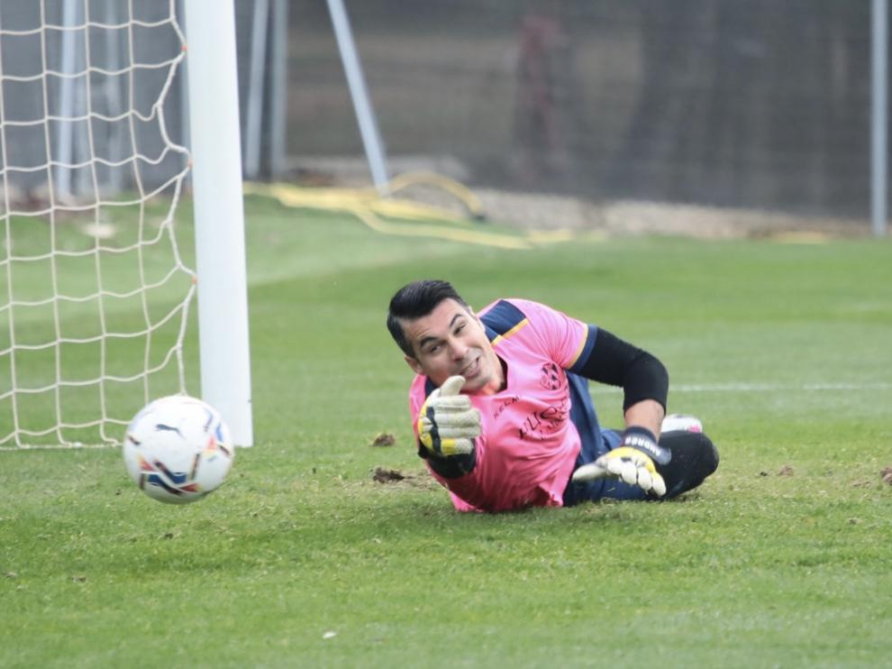 Andrés Fernández realiza una estirada durante la sesión de este viernes.
