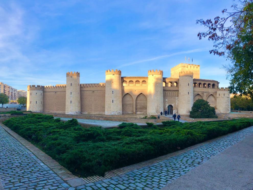 El Palacio de la Aljafería amanece sin coches este martes.