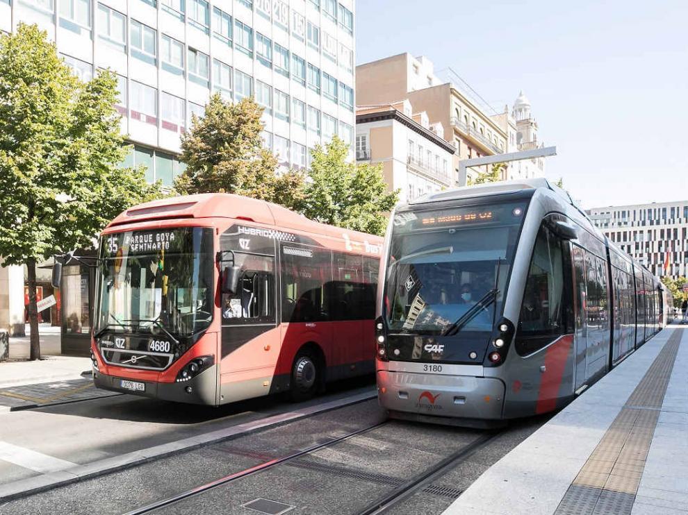 Autobús y tranvía en paralelo en Zaragoza