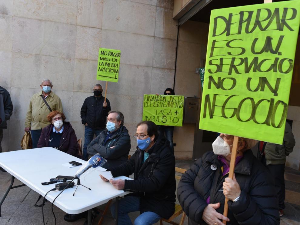 Los representantes de la Red de Agua Pública de Aragón (RAPA), este jueves frente a la sede de la Consejería de Agricultura