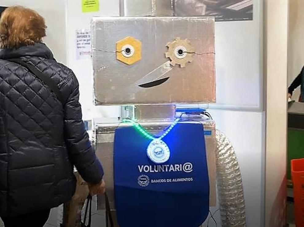 El robot Vinci agradece las donaciones a la campaña del Banco de Alimentos en el supermercado Alto Aragón de la plaza San Antonio.