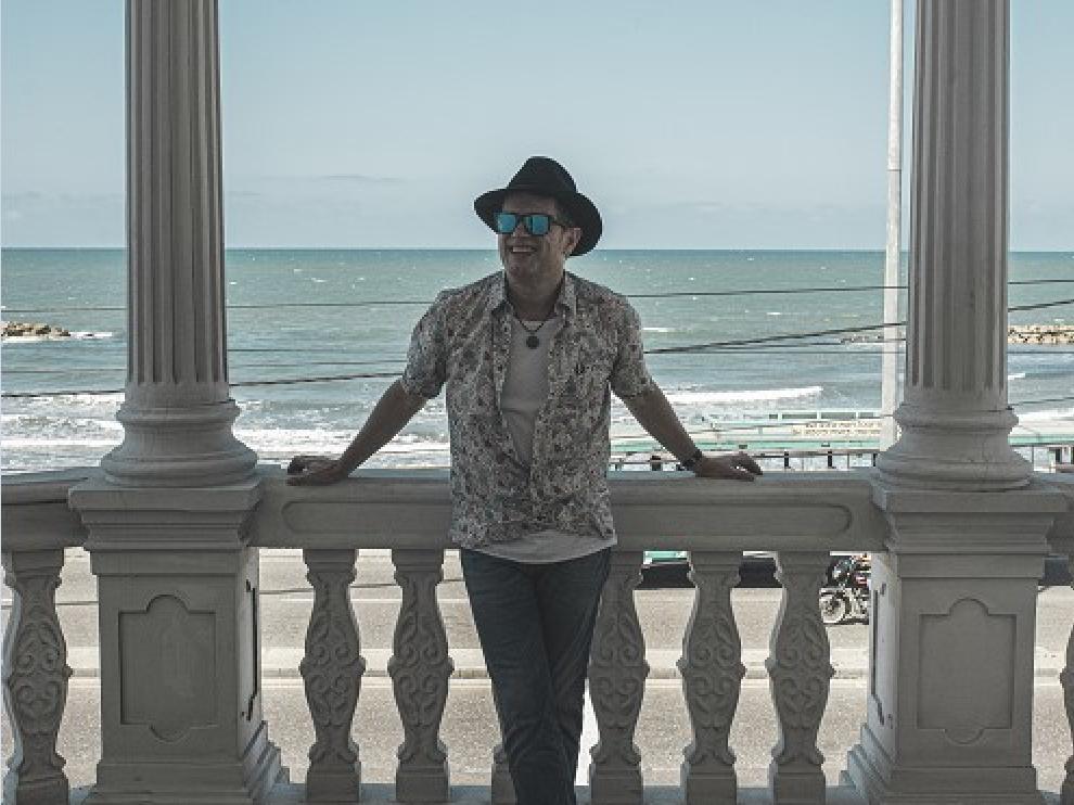 El músico zaragozano Santiago Auserón regresa a la actualidad con un nuevo disco.