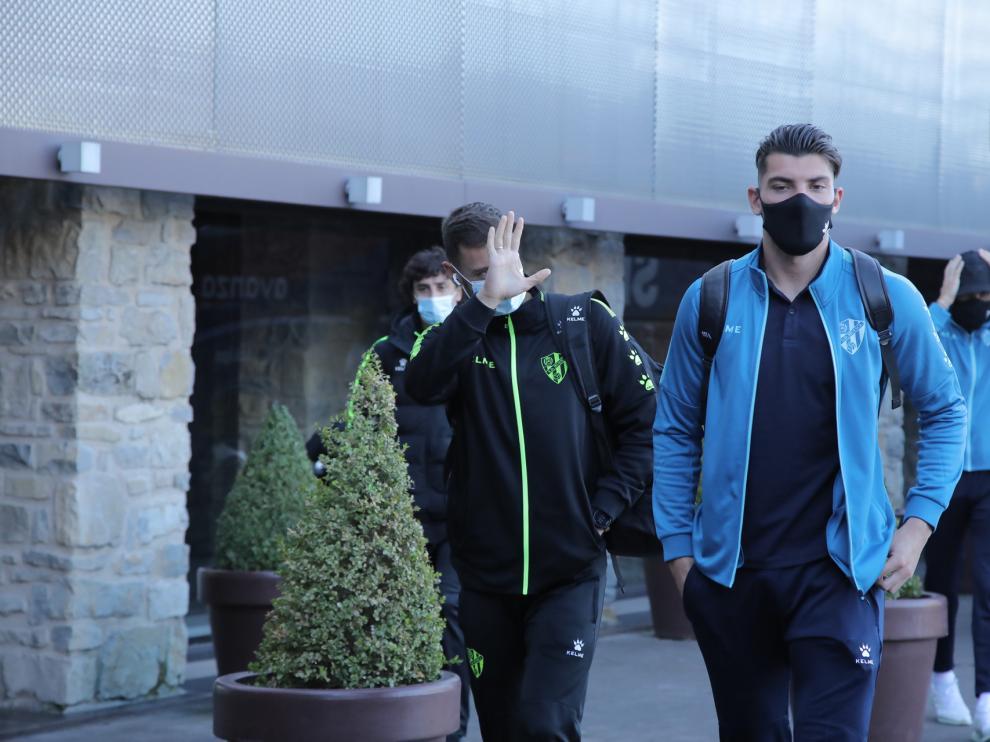 Rafa Mir, tras bajarse del autobús en el que la SD Huesca ha viajado a Pamplona.