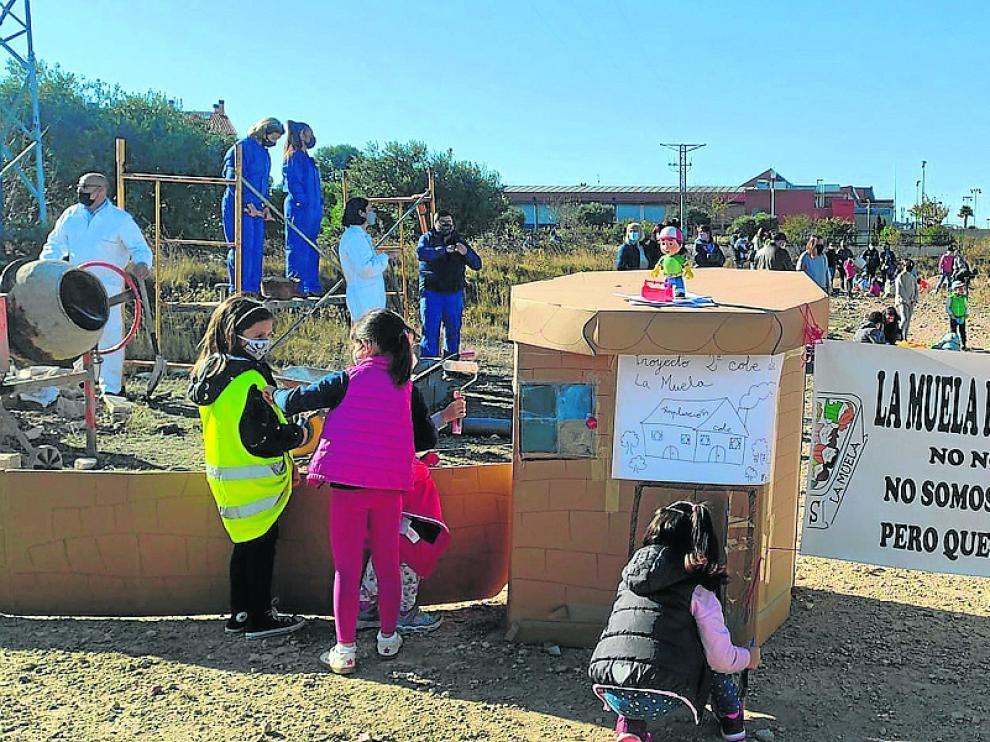 Protesta llevada a cabo por familias de La Muela en uno de los solares en los que se ha planteado construir el nuevo colegio.