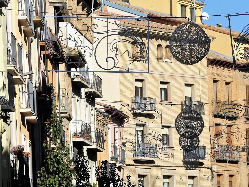 Iluminación y decoración navideña en el centro de Huesca.
