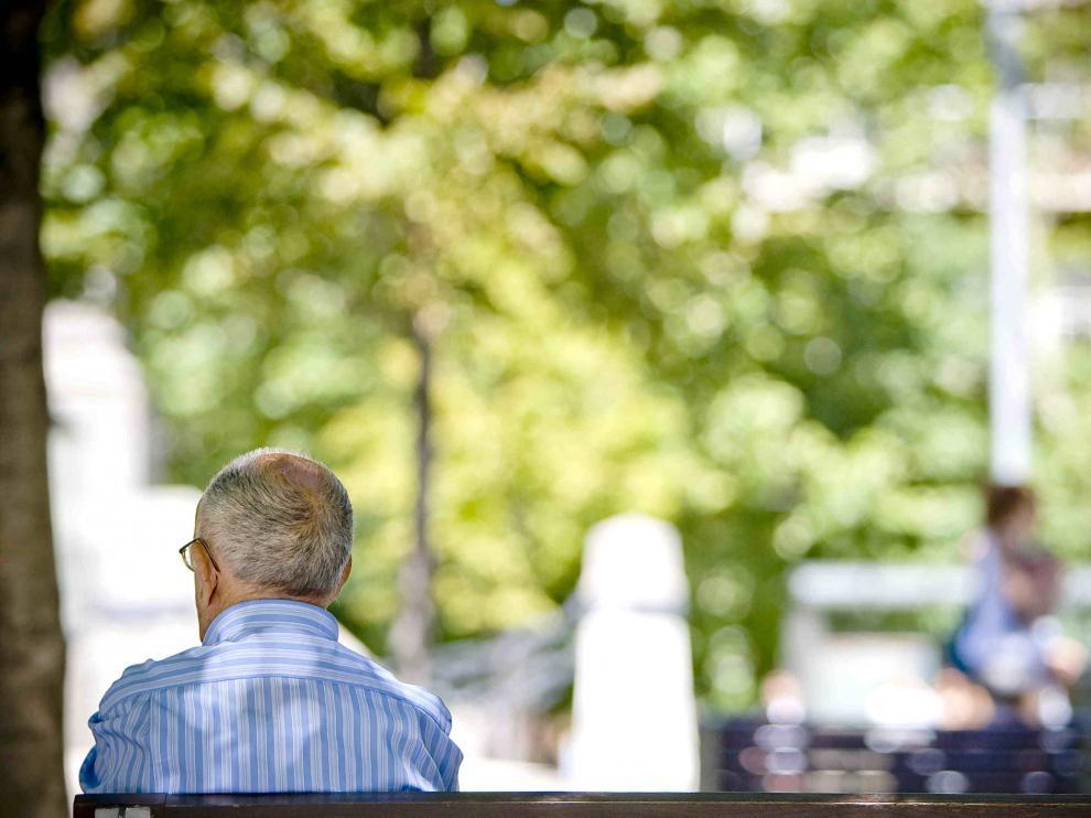 Hombre sentado en un banco. Pensiones. Jubilación