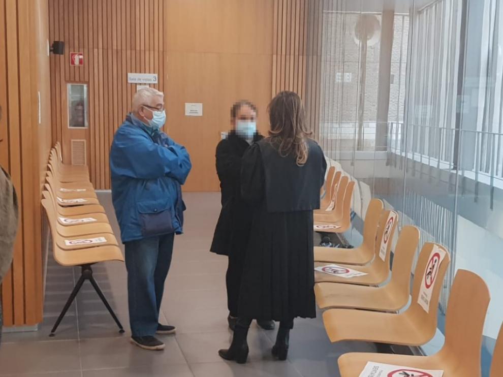 El acusado, junto a una de las testigos y su letrada.