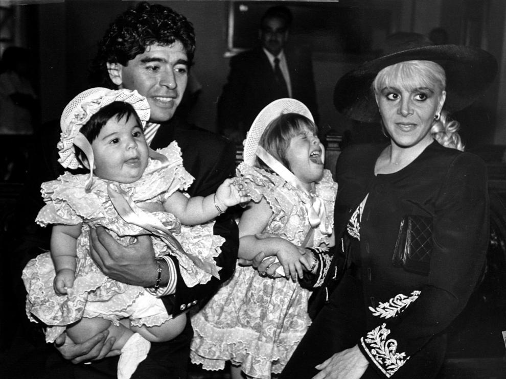 Maradona y su esposa, Claudia Villafane, con sus hijas, Giannina Dinora y Dalma Nerea, el día de su boda civil en Buenos Aires, el 7 de noviembre de 1989