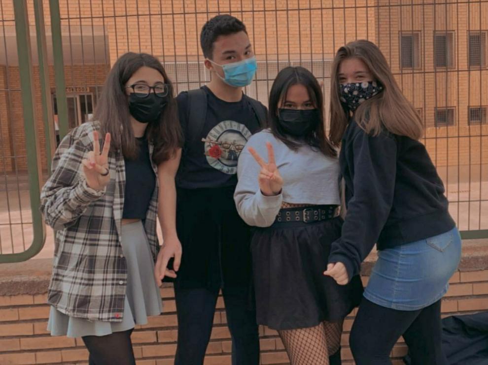 Adriana Rivarés, Miguel Guzmán, Ibis Betancourth y Yuna Maldonado, con sus faldas a las puertas del IES Montes Negros de Grañén.