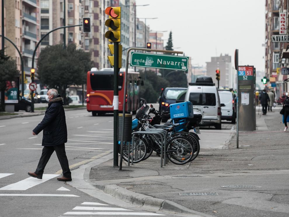 La avenida de Navarra tiene seis carriles de circulación y la mayoría de sus aceras son de cemento.