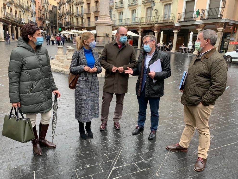 Rueda de prensa del PP de Teruel ofrecida en la plaza del Torico.
