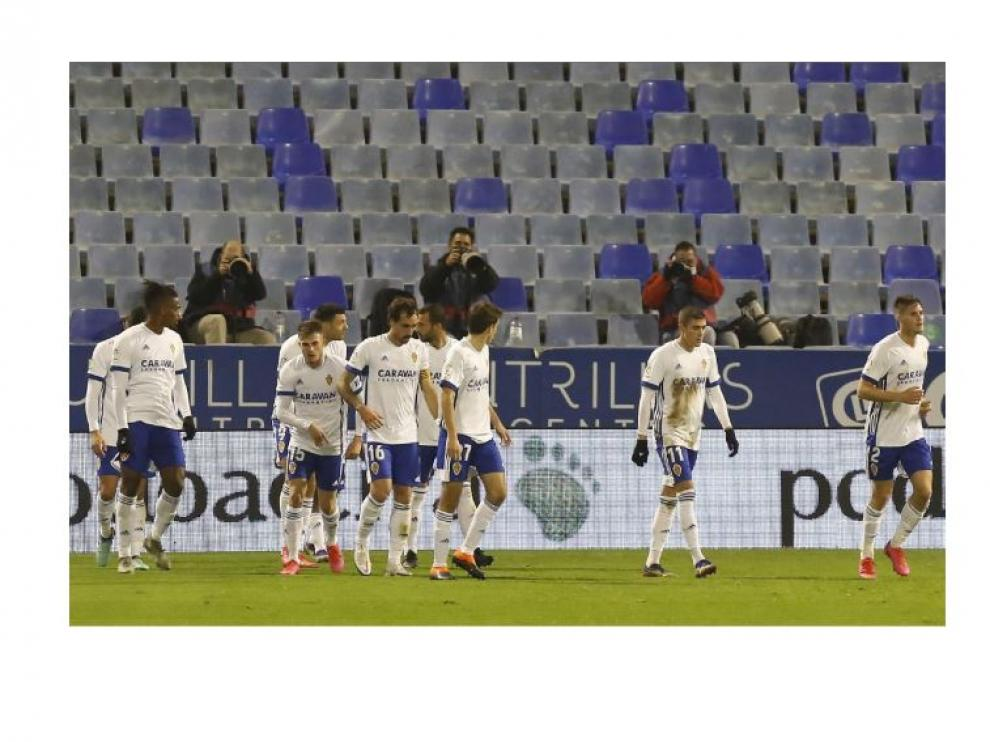 Los futbolistas del Real Zaragoza, segundos después de anotar el 1-0 a favor frente al Rayo Vallecano. La 'alegría' es singular.
