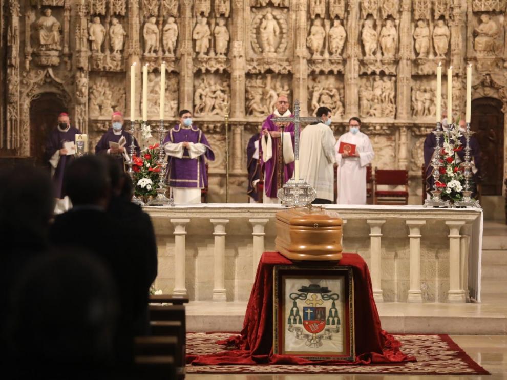 El cardenal Juan José Omella ha presidido el ritual de las exequias celebrado en la catedral de Huesca.