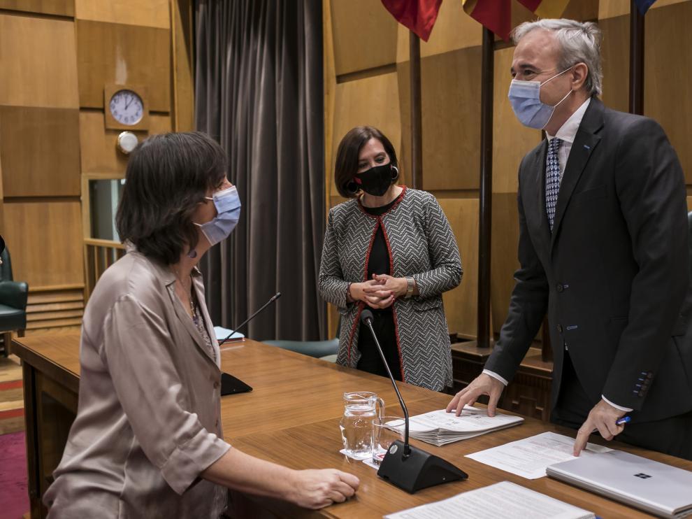 El alcalde, Jorge Azcón, con la vicealcaldesa, Sara Fernández, a su lado, conversa con la portavoz socialista, Lola Ranera.