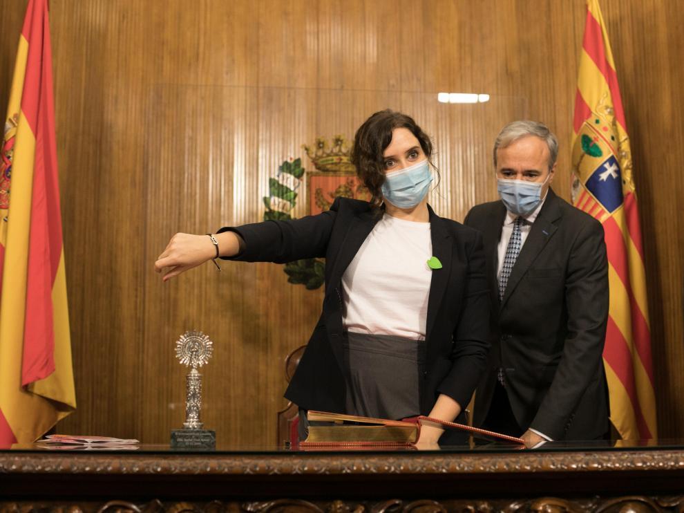 La presidenta de Madrid, Isabel Díaz Ayuso, con el alcalde de Zaragoza, Jorge Azcón.