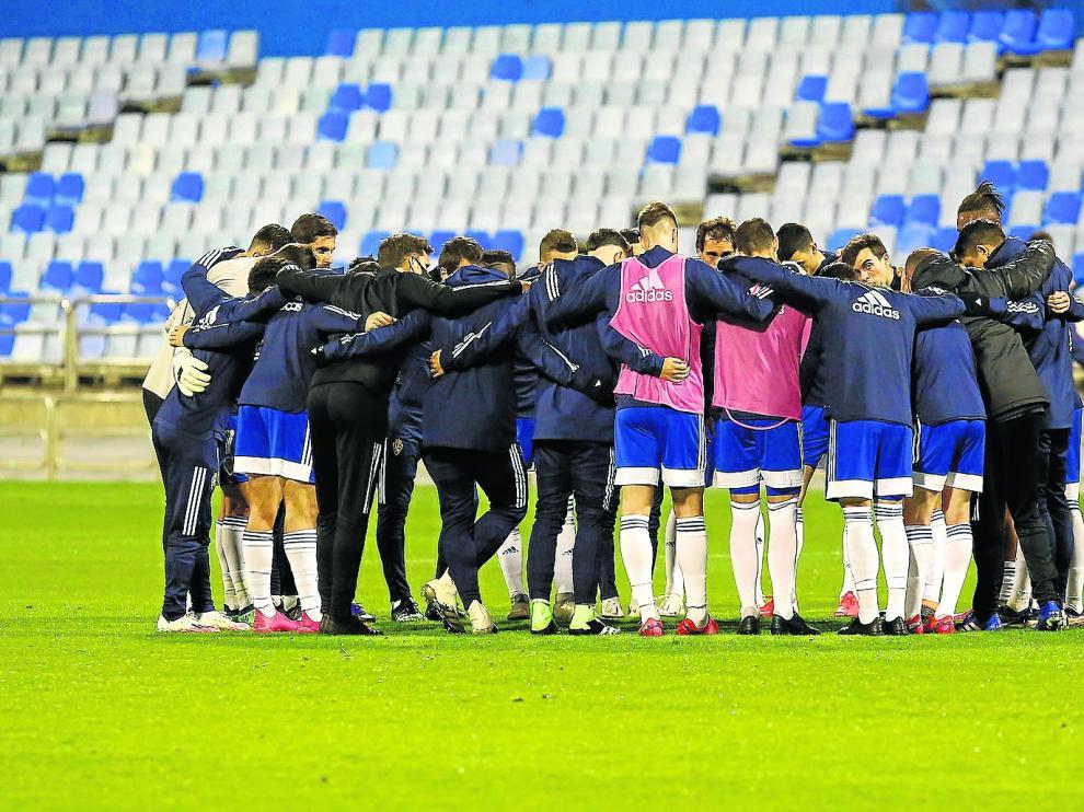 Los jugadores del Real Zaragoza hacen piña antes del partido ante el Rayo Vallecano.