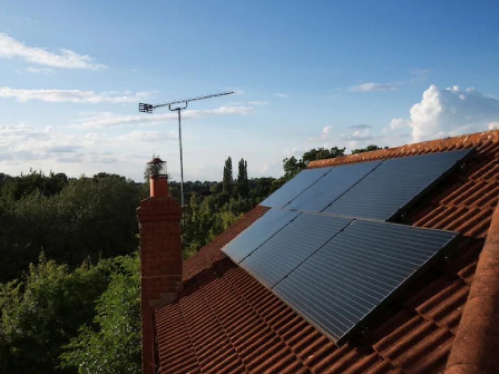 Placas solares en el tejado de una casa