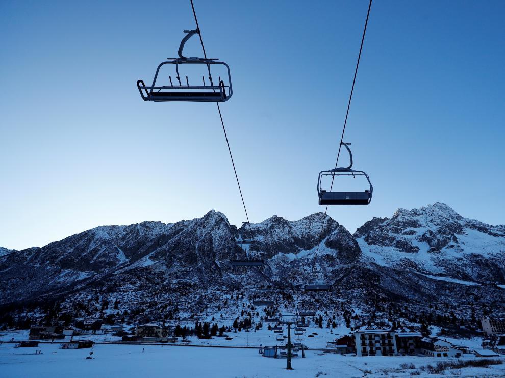 Un estación de esquí cerrada en los alpes dolomitas.