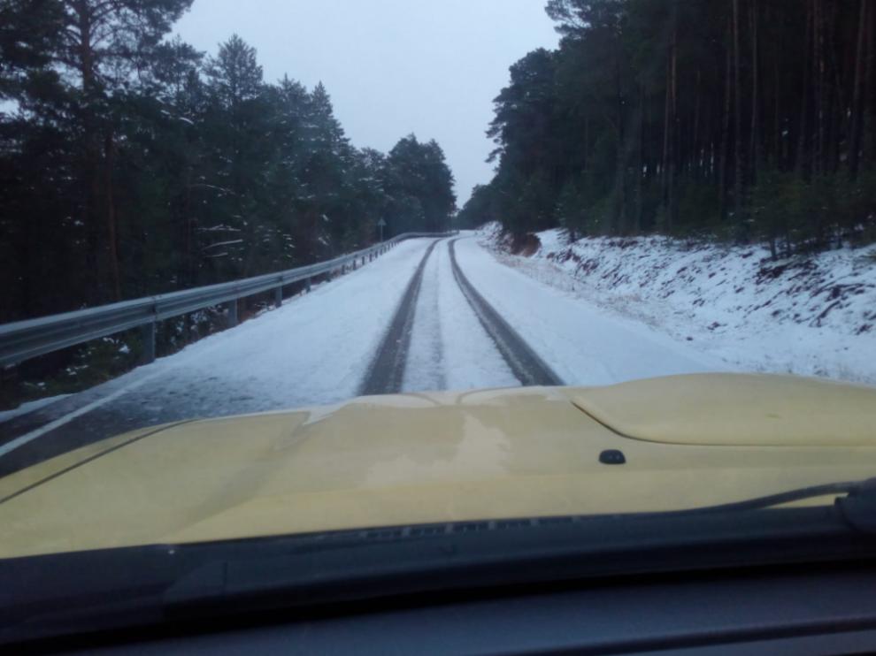 El director general de Carreteras, Bizén Fuster, ha compartido en redes sociales imágenes de los operarios limpiando de nieve las carreteras de Teruel.