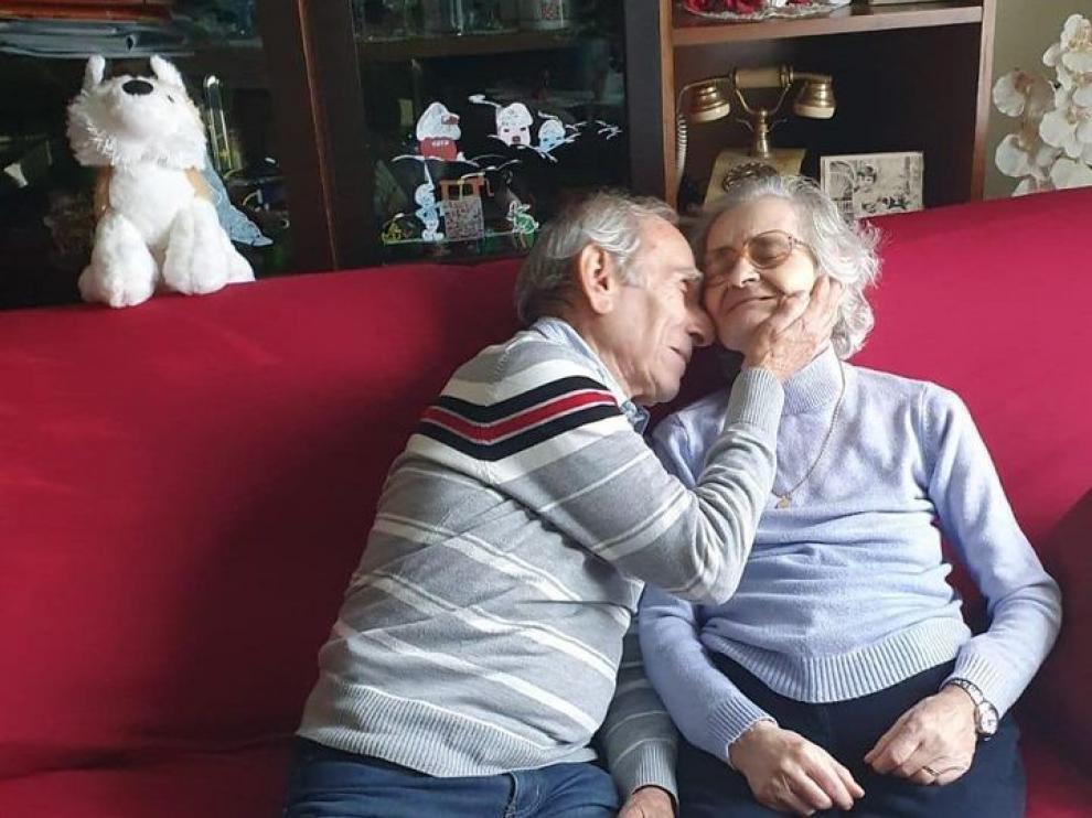 Stefano Bozzini acaricia a su mujer, Carla Sacchi, en su casa.