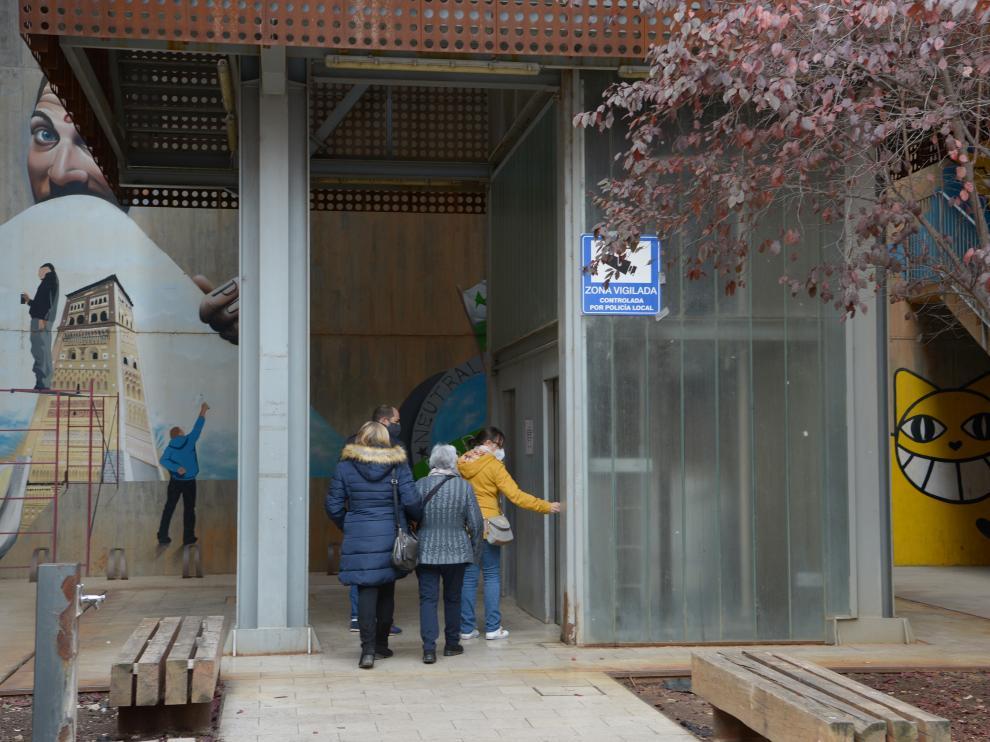 Los vecinos de San Julián aguardan en fila para subir al ascensor