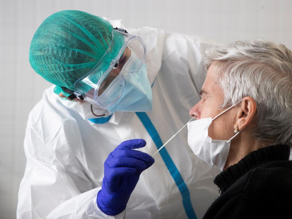 Las PCR y los test de antígenos requieren toma de muestra nasofaríngea; mientras que los anticuerpos se analizan en sangre.