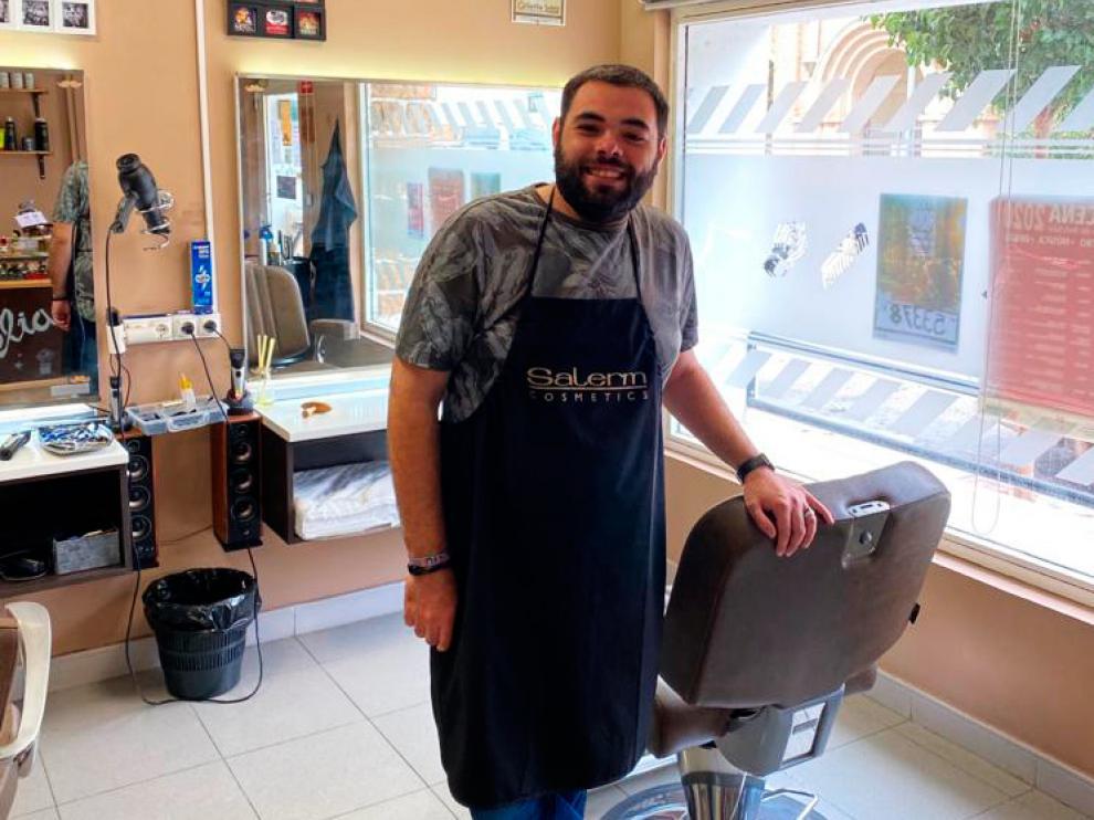 Albert Valero montó su barbería en Belchite en febrero de 2016.