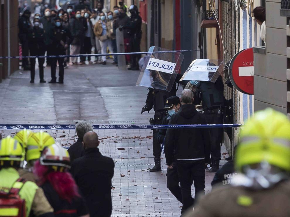 Detenidos tres okupas en Zaragoza tras lanzar cuchillos y tejas a la calle en un tejado de Pignatelli.