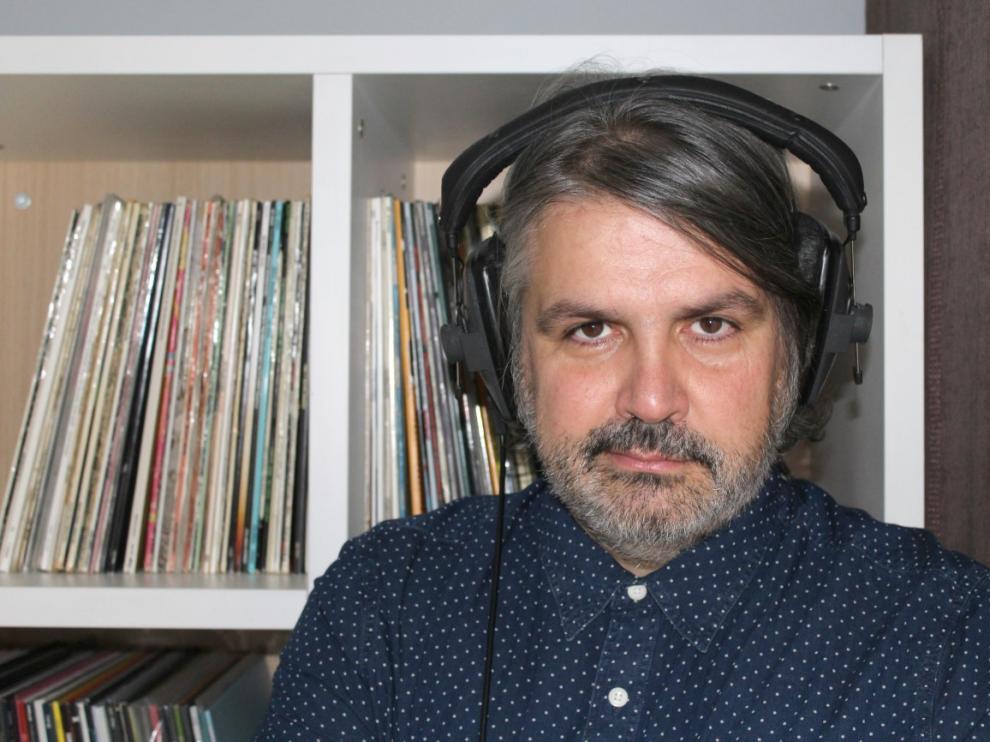 El compositor Juanjo Javierre, entre discos en su casa.
