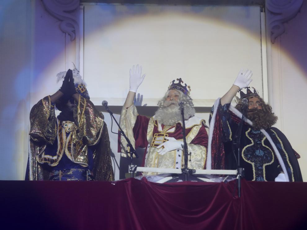 Los Reyes Magos lanzan su mensaje a los niños desde el balcón del Casino de Huesca.