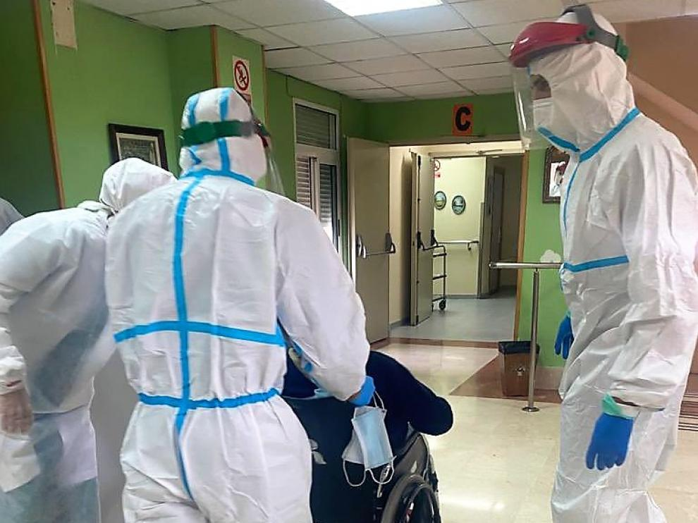 Efectivos de la UME realizaron el martes la desinfección de la residencia Sagrada Familia de Huesca
