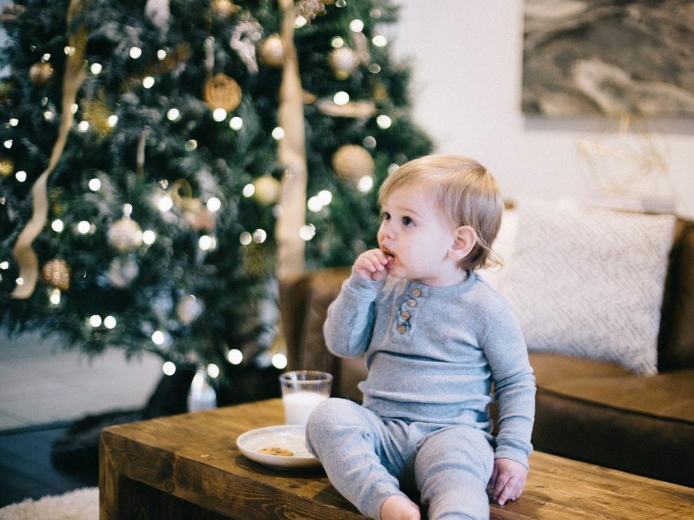 Un niño comiendo en Navidad.