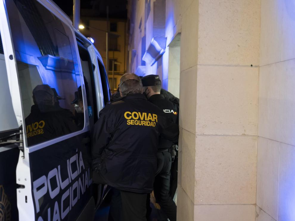 Uno de los detenidos por la agresión grupal de Teruel sale del Juzgado de Menores para ser conducido a Juslibol.