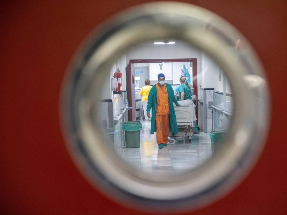 Personal sanitario trabaja en una planta del madrileño hospital Gregorio Marañón.