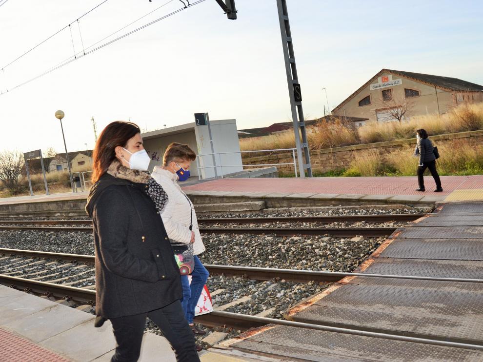 Dos pasajeras van a cruzar la vía para coger el tren en dirección a Zaragoza.