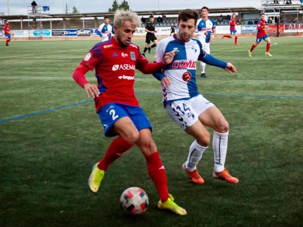 Vidal, jugador del Ebro, presiona a Dela, jugador del Tarazona.