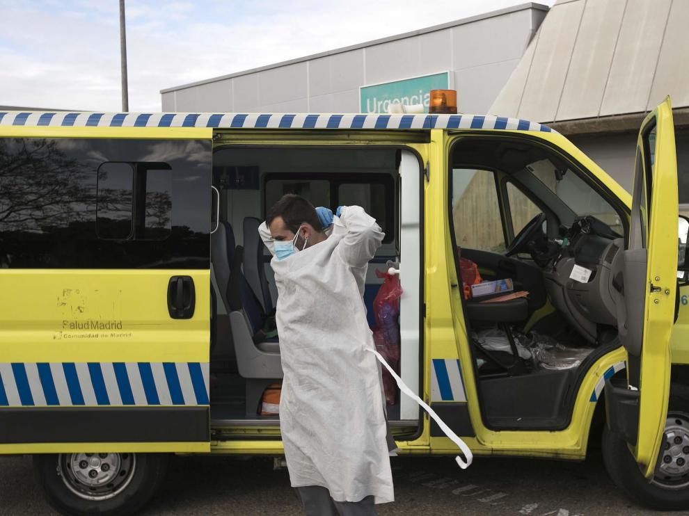 Un sanitario del Royo Villanova, este fin de semana a las puertas de Urgencias