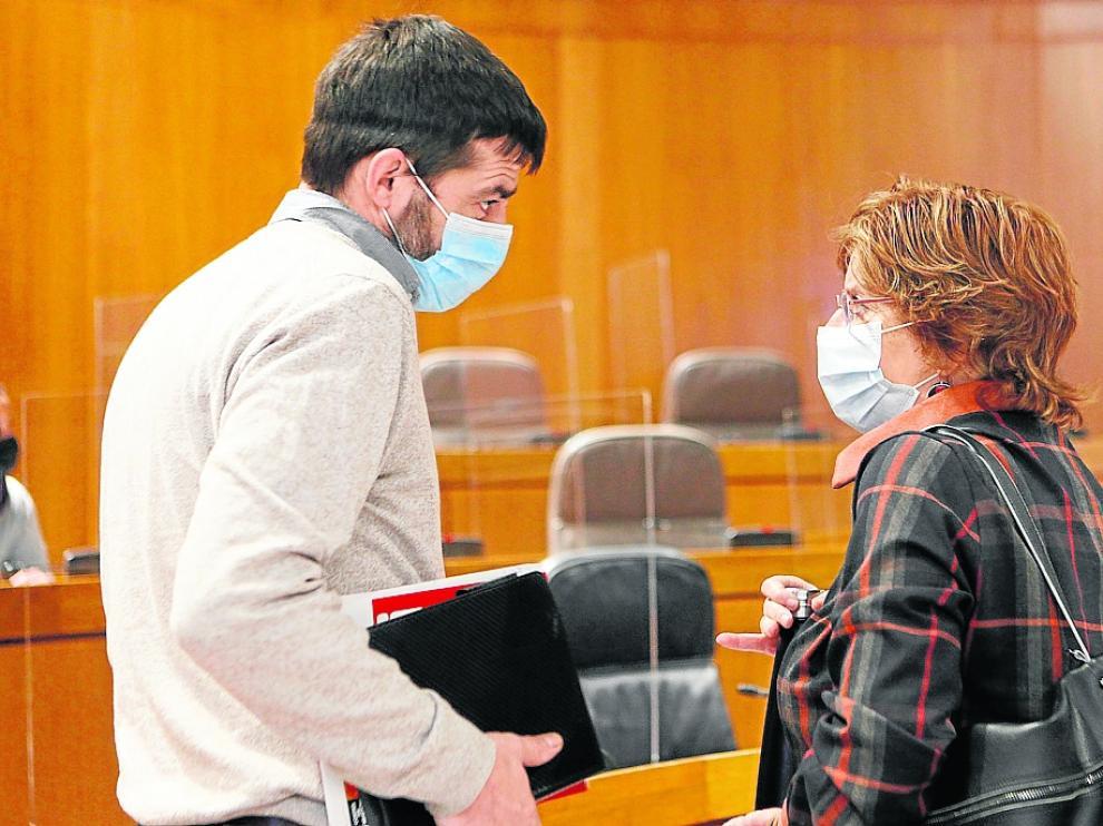 Mª Victoria Broto (PSOE), este miércoles en las Cortes, conversa con el diputado Álvaro Sanz (IU).