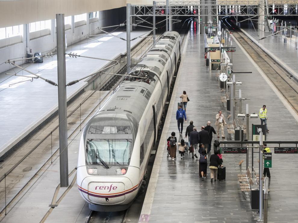 Tren de Renfe en la estación Delicias de la capital aragonesa.