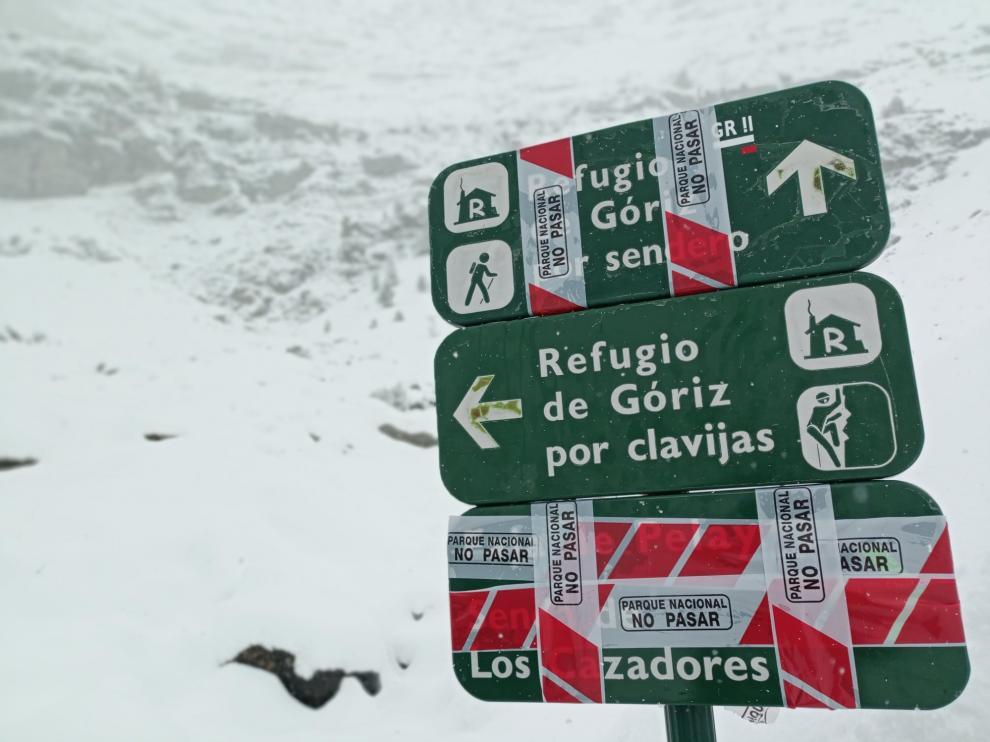 Un cartel indica los itinerarios cerrados por las nevadas.